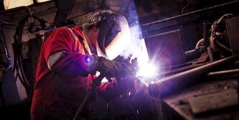 BYGGER KVALITET: HIS har brukt et titallsmillioner på å bygge kvalitet i bedriften og har i dag et betydelig antall sertifiserte sveisere og mekanikere som kan gjennomføre store oppdrag. Faktisk den eneste kvalifiserte bedrift i sitt slag nord for Mo i Rana. Foto: Hammerfest Industriservice/Reklamehuset