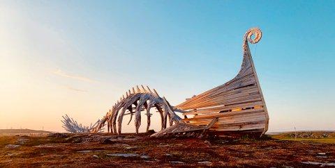 """KALDT: Vardø var kaldest i Finnmark på søndag, med snaue 8,3 varmegrader.  Selv om gradstokken ligger lavt, skinner sola over åpen himmel, her ved """"Drakkar"""" i Vardø."""