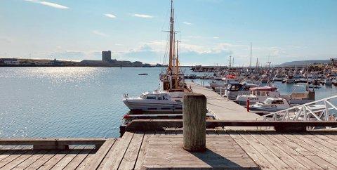 TOMT: Søndag var sola på topp, men nesten ingen var å se ute i Vadsø.
