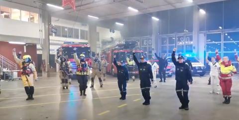 Politifolk, brannvesen og ambulansepersonell fikk en oppgave litt utenom det vanlige, da de ble utfordret til å lage BlimE-dansen for NRK Super, og som skal symbolisere vennskap.