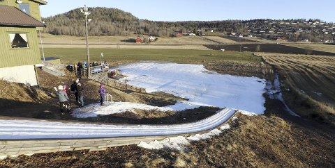 Mye grønt: Det er ikke mye snø i Breimyr, men nok til en sesongstart for de yngste. Foto: Pål Nordby