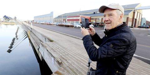 Stormflo: Egil Kvilhaug var en av mange som måtte forevige det stadig stigende vannet. Foto: Pål Nordby