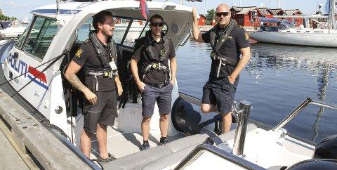 MANNSKAP: Ikke så verst å være på jobb i politibåten nå om dagen. Foto: Lars Ivar Hordnes