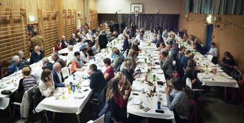 Fullt: Haustfesten samla rundt 150 personar i gymsalen i Mauranger skule i Sundal, og det var fullt rundt langborda.