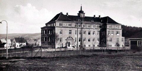 1925-MODELLEN: Den første utgaven av det felleskommunale sykehuset i Gjøvik, beliggende høyt og fritt på det ubebygde Hunnsjordet, med sitt karakterisiske tårn.