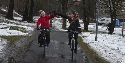 Trår til: Siri Gilbert og Kristine Sand oppfordrer alle som er interessert i å bruke sykkelen mer om å sende inn sine ønsker og forslag.  FOTO: Åsmund Løvdal