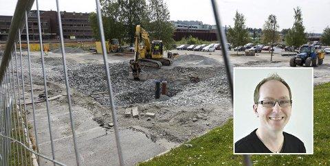 Forsinket: Store deler av pendlerparkeringen i Ski er inngjerdet på grunn av gravearbeid. Gunnar Børseth (Innfelt) i Jernbaneverket beklager forsinkelsen.
