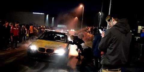BURNING: Her er en av bilene som var innom Drømtorp. Det ble både høylytt og masse røyk.