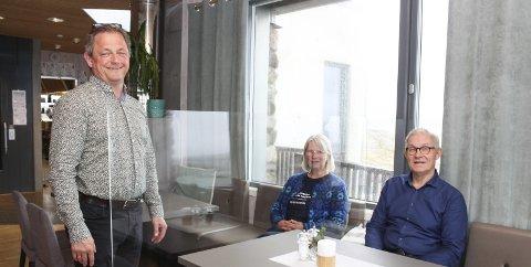 Prøver seg fram: Remi Hallvig, Bente Molvig og Tor Lie jobber sammen for å være i drift og følge smittevernreglene. Hallvig låner plass av Molvig, som har drift ute. Lie foreslo bruk av skillevegger, men dette ble senere ikke godkjent. Innfelt større uteservering. Foto: Nina T. Blix