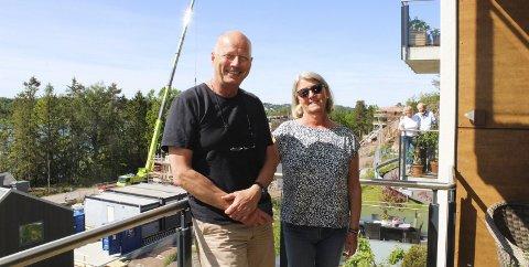 – Her skal vi bli: Morten og Elisabeth Wang har bodd i åtte boliger på sine 40 år sammen. Skogro på Nøtterøy skal bli det siste. På balkongen bak, står Gerd og Per Wang, Mortens foreldre, som bor ved siden av. Foto: Nina Blix