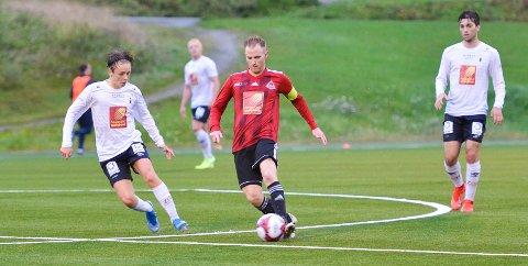 Joachim Bjørklund for Åga IL hadde Anton Pettersen Nordeng på seg som en klegg.