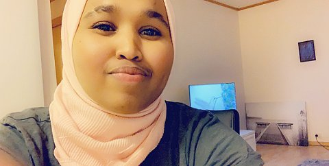 ISOLERT: Deqo Elmi (23) fra Senja er helsefagarbeideren som testet positivt på sykdommen Covid-19. Her er hun i sitt hjem i leiligheta i Vangsvik. -  Jeg tenker mye på de eldre på jobb. Jeg får vondt i hjertet av å tenke på at jeg kan ha smittet dem, sier hun.