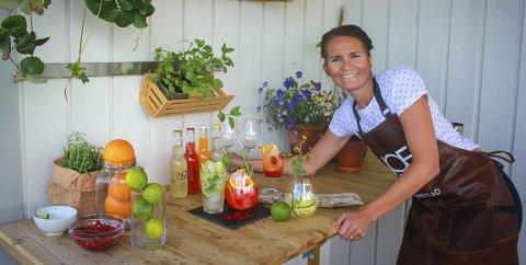 Naturlige råvarer: Lise-Kathrin Svartvatn synes det er godt å kunne lage seg en drink i sommervarmen.
