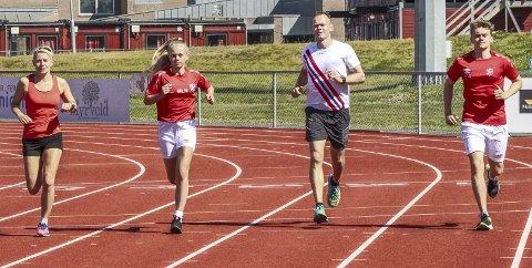 IVRIGE: Familien Nilsen løper mye og langt og under Norgesløpet skal de måle krefter. Her fikk Merete (f.v.), Marte, Ronny og Daniel prøvd seg på Jessheim friidrettsstadion. Foto: Veronika Sletta