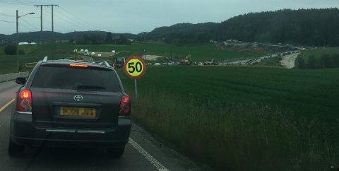 LANG KØ: Ulykken har ført til lang kø på fylkesvei 120 forbi Hektnersletta og ned i det som på folkemunne Fårikåldalen. FOTO: REMI PRESTTUN