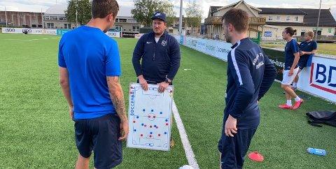 – GOD BREDDE: Eidsvold Turn-trener Joakim Dragsten (i midten) med Magnus Kristengård (t.v.) og Jon Erik Økland.