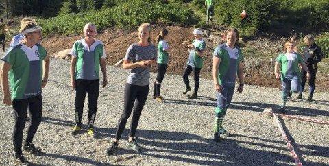 VENTER: Mange løpere i Røyken O-Lag-drakter venter i vekslingsfeltet.