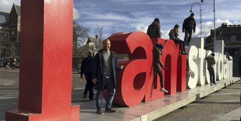 Inspirasjon: Henrik Sandvik ved «I Amsterdam», der ideen til bokstavene i Badeparken er hentet fra. Foto: Privat