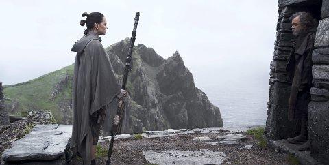 Star Wars: Nå møtes endelig Rey (Daisy Ridley) og Luke Skywalker (Mark Hamill), men vil Rey forbli blant de gode? Spørsmålene som forhåpentlig besvares i dag, er mange.foto: Jonathan Olley/ Lucasfilm Ltd