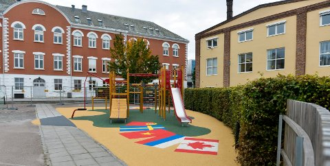 Innviterer til åpning av nytt leke- og aktivitetsareal ved Skagerak International School.