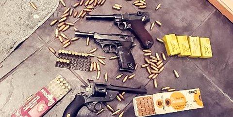 MYE VÅPEN I OMLØP: Det florerer av våpen i det kriminelle miljøet i Grenland - og de nøler ikke med å bruke dem. Her er en Luger pistol og revolver som er beslaglagt den siste tiden.