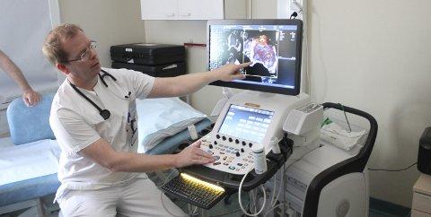 AVANSERT UTSTYR: Folkegaven fra Sykehusets Venner og LHL Notodden ga sykehuset det beste utstyret i Norge. – Det føles godt at vi nå kan gi pasientene det beste, sier Terje Hegard, som har tatt eksamen og nå har en viktig godkjenning i lomma.