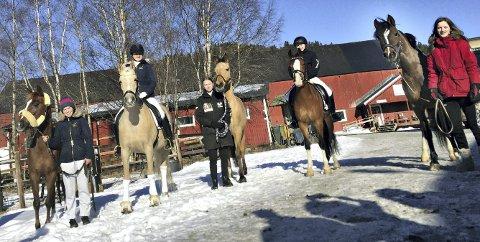 DRESSUR: Mia Orseth (fra venstre), Marie Schilbred, Maren Aarflot Strandheim, Tuva Serine Helseth, Anne Hafsås var med på dressurridning i Trondheim.