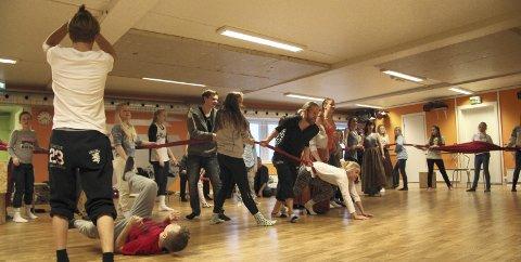 Prøve: Forberedelsene er i full gang. Her fra prøven med dansere og skuespillere. FOTO: rannveig halseth