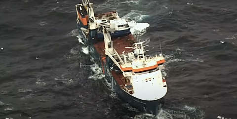 BORTE: Den 24 meter lange båten til AQS, som egentlig sto midt på frakteskipet, har falt av dekket til  lastefaretøyet Eemslift Hendrika.  Operasjonssjef Trond Carlson i AQS AS sier til NA at båten kan synke.