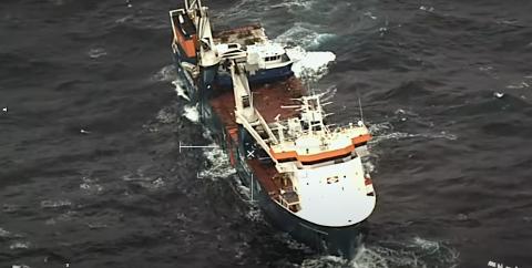 SKAL SLEPES: Redningsplanen for det nederlandske lastefartøyet er klar. Men skjebnen til den splitter nye servicebåten til AQS AS er ikke klar.