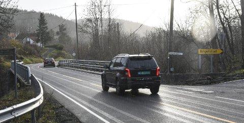 Må Passe På: Her ved Sandvadbrua står det et 60-skilt, men siden det er langt mellom skiltene på denne veien, er det kanskje ikke alle bilister som tenker over at fartsgrensen er 60 km/t helt til Amtmannsvingen.
