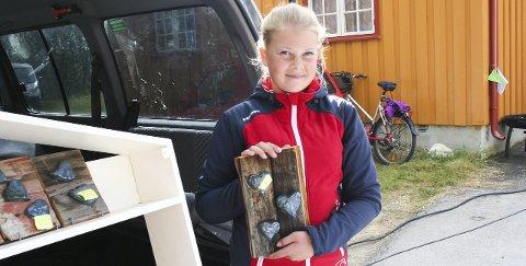 MED HJERTET: 13 år gamle Eva Marie Sorken er med i Viken 4H. - Jeg synes hjertene blir så fine på brunsvidde bord. Dette er fine gaver, sier hun stolt.  Alle foto: Ole Annar Krogh