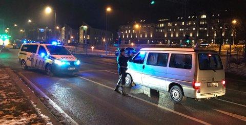 SJEKKER KJØRETØY: Politiet har opprettet kontrollpunkt i krysset Snarøyveien/Oksenøyveien. Alle kjøretøy på vei ut fra Snarøya og Fornebu sjekkes her.