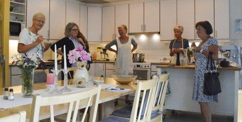 NÅ BLIR DET ELVIS I STUA: Demensavdelingen er svært takknemlige for gavene fra Risør Sanitetsforening. Fra venstre Aase Bjorkjendal, Anne Gro Krabbesund, Tone Dørsdal, Rita Vegerstøl og Laila Skarheim.Foto: Mari Nymoen