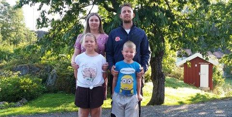 Sigrid Veronica Ludvigsen og mannen Ronny Ludvigsen er bekymret for busstoppet langs E18 på Røysland, som er datteren Ronjas vei til skolen på Søndeled. De opplever de ikke får forståelse fra Risør kommune.