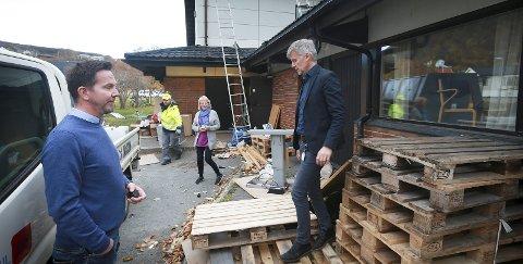 Flyttesjau: I oktober 2016 flyttet Eirik Lie (t.v.), Torill Svedhaug, Tore Tverbakk. og rundt   hundre kolleger fra rådhuset. Foto: Tom Melby