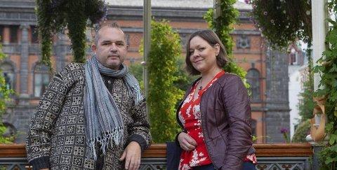 Knut Halle og Therese Sivle Woldseth kommer med boken «Den lille røde ulven og fårikålkongen» i november. Foto: Anders Huke