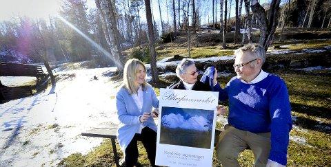 Blått: Sommeren er blå på Blaafarveværket der utstillingen «Blå stemninger» skal  vises. F.v. Helle Mikkelsen, Tone Sinding Steinsvik og Sverre Følstad, kledd i blått for anledningen. Foto: Lisa Selin