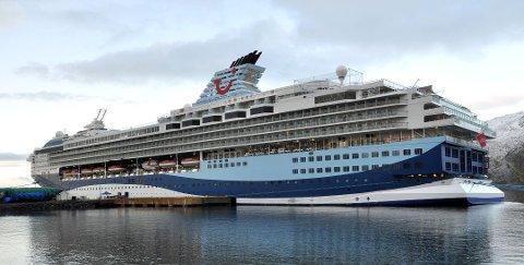 TURISTER: Honningsvåg kan se frem til å bli invadert av cruisebåtturister i løpet av året. Bildet er av Marella Explorer som lå til kai i oktober i fjor og hadde med seg nærmere 2000 passasjerer.
