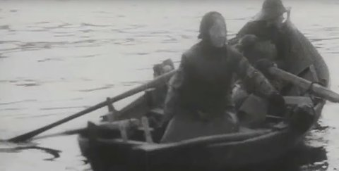 Skjermdump frå filmklippa frå Bremangerpollen. Her ser vi ei kvinne fiske frå færingen, medan ein  gut i familien ror.  Filmen er redigert av Eldar Voldsund.