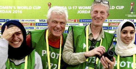 HOLDT KURS: Frode Rekve (nummer to fra venstre) Tom-Egil Jensen avholdt nylig et fotokurs i Jordan i forbindelse med U17 VM for jenter. Foto: privat
