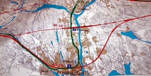 Galskap? Den grønne streken viser dobbeltsporet slik det er vedtatt at det skal gå - innom Fredrikstad sentrum. Den rette jernbanelinjen over Rolvsøy er ønsket av blant andre kronikkforfatteren.illustrasjon: jernbaneverket