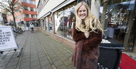 STÅR PÅ: Nanna Charlotte Hoberg satser i gågata og åpnet i dag en ny og utvidet butikk.