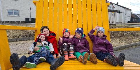 Det er ikke ofte hele Hansen-søskenflokken fra Selbak får plass i én stol, men her har Matheo (7) tatt plass med Henrik (1) på fanget. Videre ser vi fra venstre Amelia (2), Victor (4) og Casper (nesten 5).