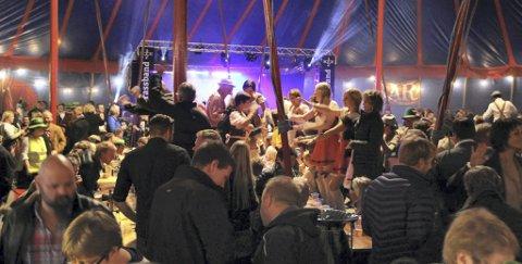 Dans på bordene: Oktoberfest er full rulle. I 2015 var rundt 1.000 mennesker samlet i teltet.