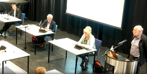 Hans Petter Torvik (til høyre) orienterte kommunestyret om koronasituasjonen mandag kveld. Fra venstre kommunedirektør Pål Larsson, ordfører Frode Fjeldsbø og varaordfører Unn Birkeland.
