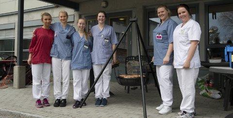 LIVSGLEDE: Sykepleierstudentene har vært ute i praksis ved Roverudhjemmet i to måneder, og nylig sørget de for ekstra god stemning med ei livsglede-uke. Det handlet om å gjøre hverdagen triveligere for beboerne ved hjelp av enkle trivselstiltak hver dag i ei uke. Fra venstre: Synne Nordby, Kathrine Axe, Heidi Anita Slettbakken, Martine Eng, Maren Øiseth og Stine Fagerli. FOTO: PER HÅKON PETTERSEN