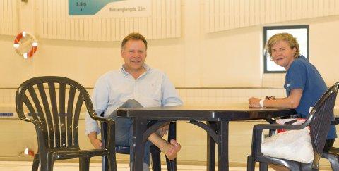 HAR SNUDD TRENDEN: Avdelingsleder idrett, Svein Olav Lund, og badebetjent Ragnhild Ullerlien, gleder seg over at den utvidede åpningstiden har gitt flere besøkende i Kongsbadet – selv om det var god plass i bassenget akkurat da vi var på besøk. FOTO: PER HÅKON PETTERSEN
