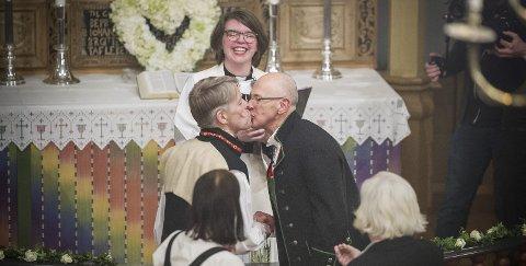 ENDELIG VIET: Så var Kjell Frølich Benjaminsen (til venstre) og Erik Skjelnæs erklært for «rette ektefolk» å være i Eidskog kirke. Sogneprest Bettina Taugbøl Eckbo ledet seremonien med smittende humør. ALLE FOTO: JENS HAUGEN