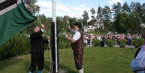 Til topps: Flagget kan heises for Svullrya sentrum. I løpet av kort tid vil gjester og fastboende se at det gjøres forbedringer i sentrum. Nå starter ryddingen av kratt og kjerr i første omgang.